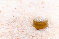 Himalayan rosa färger saltar och bowlar lite, bakgrund Arkivfoto