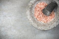 Himalayan roze zout zaad in granietmortier of stamper stock fotografie