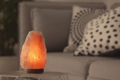 Himalayan salt lampa på tabellen arkivfoton