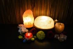 Himalayan salta lampor | Naturlig, stearinljushållare & fot Detoxer royaltyfri foto