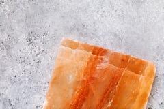 Himalayan zoute tegel bij de bodem van de lijst met exemplaarruimte stock afbeeldingen