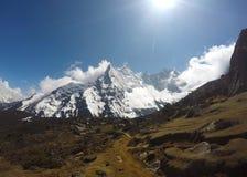 Himalayanlandschap, zonnige dag in vreedzame vallei met dorp en landbouwbedrijven royalty-vrije stock foto