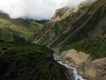 Himalayanvallei met Rivier tijdens Moesson stock foto's