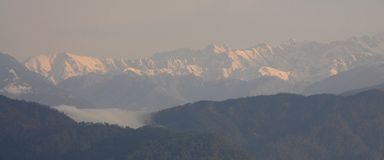 Himalayanwaaiers zoals die in de ochtend in Kausani, India worden gezien stock afbeelding