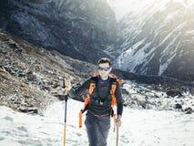 Himalayas de ascensão do caminhante Fotos de Stock