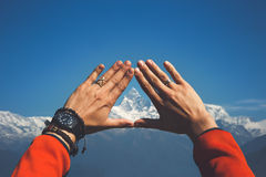 Himalayas em suas mãos imagens de stock royalty free