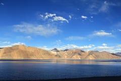 Himalayas med sjön för blått vatten för Pangong Tso och blå himmel med moln, Leh - Ladakh, Jammu and Kashmir, Indien royaltyfria bilder
