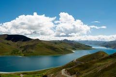 Himalayas Tibet de Yamdrok do lago mountain Fotos de Stock