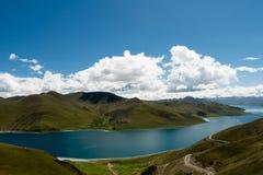 Himalayas Tibet de Yamdrok do lago mountain Fotos de Stock Royalty Free