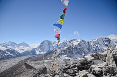 Himalays und betende Flaggen Lizenzfreies Stockfoto