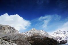 Himalchuli et nuages blancs photo stock