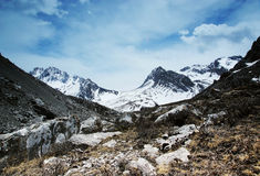 Himalchuli et roche photo libre de droits