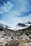 Himalchuli und Felsen Lizenzfreie Stockbilder