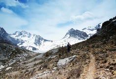 Himalchuli und Felsen Stockbild