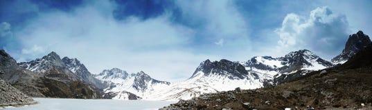 Himalchuli und gefrorener See Lizenzfreies Stockbild