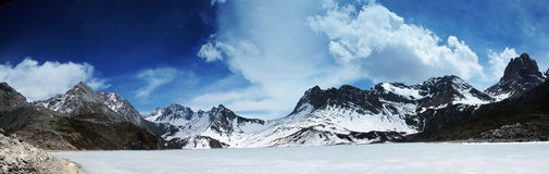 Himalchuli und gefrorener See Lizenzfreie Stockfotos