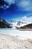 Himalchuli und gefrorener See Stockbilder