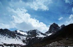 Himalchuli und weiße Wolken Stockfoto
