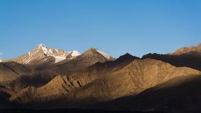 Himalyan berg som sett från Leh, Ladakh, Indien, Asien Arkivfoton