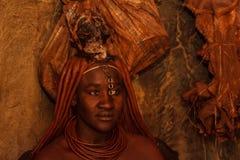 Himba Dame, die eine Zeremonie tut lizenzfreies stockbild