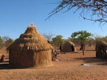 Himba-Dorf in Namibia lizenzfreies stockfoto