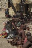 Himba-Dorfbewohner, die Handwerk verkaufen Stockbild