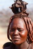 Himba-Frau mit Verzierungen auf dem Hals im Dorf Stockbild