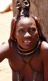 Himba-Frau mit Verzierungen auf dem Hals im Dorf Lizenzfreies Stockbild