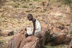 Himba novo que levanta na frente da câmera em Epupa cai em Nami Foto de Stock Royalty Free
