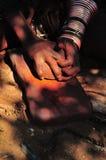 Himbavrouw het malen oker Royalty-vrije Stock Foto's
