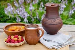 Himbeeraprikosenmilch in den Tonwaren rustic Lizenzfreie Stockfotografie
