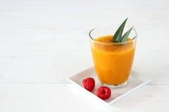 Himbeere, fruchtiger Mango Smoothie gemacht von der reifen Frucht Stockbilder