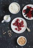 Himbeere, Schwarze Johannisbeere, Hüttenkäse, Creme, Honig, Meringe - geschmackvolles Frühstück oder Snack Lizenzfreie Stockfotos