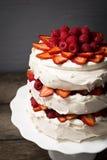 Himbeeren- und Erdbeerepavlova-Kuchen lizenzfreies stockfoto