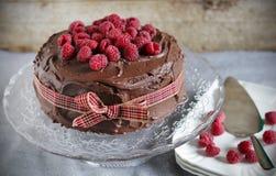 Himbeeren- und Schokolade flüssiger ganache Kuchen Stockbild