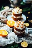 Himbeerkleiner kuchen Nahaufnahme eines Sahnekuchens bedeckt mit raspberr Stockfoto