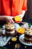 Himbeerkleiner kuchen Nahaufnahme eines Sahnekuchens bedeckt mit raspberr Lizenzfreie Stockbilder