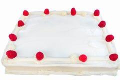 Himbeerkuchen mit dem weißen Bereifen lokalisiert Lizenzfreies Stockfoto