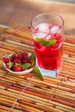 Himbeerlimonade mit Minze und Eis lizenzfreie stockfotos