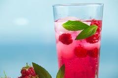 Himbeerlimonade mit Minze und Eis stockfoto