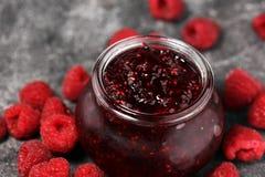 Himbeermarmelade mit frischen Himbeeren Marmelade im Glas stockbild