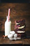 Himbeerschokoladenkuchen angefüllt mit Käsekuchen auf hölzernem Hintergrund Stockbilder