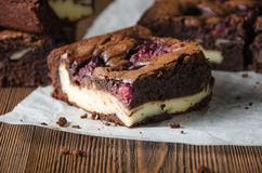 Himbeerschokoladenkuchen auf hölzernem Hintergrund Stockfoto