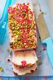 Himbeervanille semifreddo mit Fruchtsoße und -pistazie stockfotos