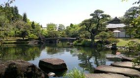 Himeji-Garten mit Teich und Sprungbrett in Japan lizenzfreie stockbilder