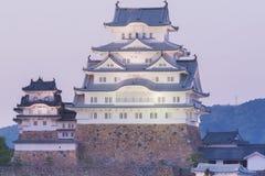 Himeji Grodowy historyczny punkt zwrotny z niebo zmierzchem i zaświeca up Fotografia Stock