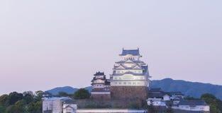 Himeji Grodowy historyczny punkt zwrotny z niebo zmierzchem i zaświeca up Obraz Stock