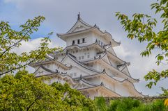 Himeji kasztel Japonia Za drzewami Fotografia Stock