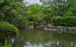 Himeji-Schloss-Garten, japanischer Garten, mit Brücke, koys, Wasser und Flora, Langzeitbelichtung Himeji, Hyogo, Japan, Asien stockfoto