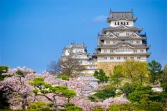 Himeji-Schloss mit blauem Himmel Stockfotos